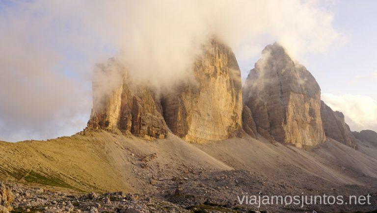 Las míticas Tres Cimas de Lavaredo - a nosotros se presentaron envueltas en la misteriosa niebla. #ItaliaJuntos Norte de Italia Los Dolomitas