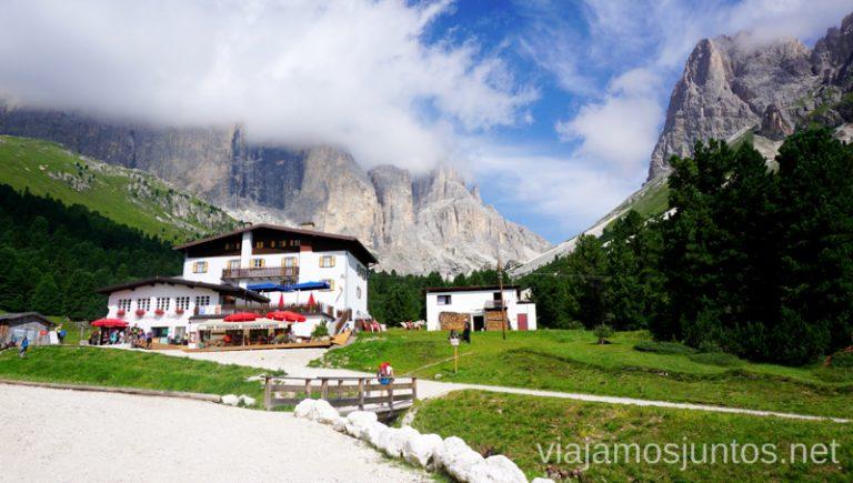 Zona de Gardeccia, con alojamientos y restaurantes. Carretera que lleva hasta aquí está regulada. Italia #ItaliaJuntos Los Dolomitas