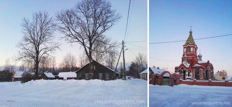 Una Iglesia ortodoxa rusa en un pueblo en el lago Peipus. Viajar a Países Bálticos en invierno.