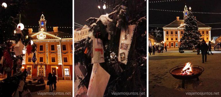 Árbol de Navidad con los mensajes de los niños. Viajar a Países Bálticos en invierno.