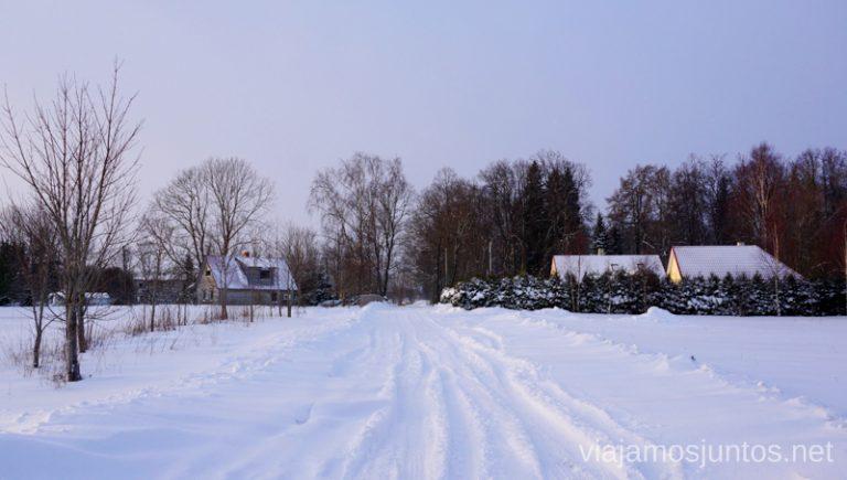 Calles nevadas en Peipus. Viajar a Países Bálticos en invierno.