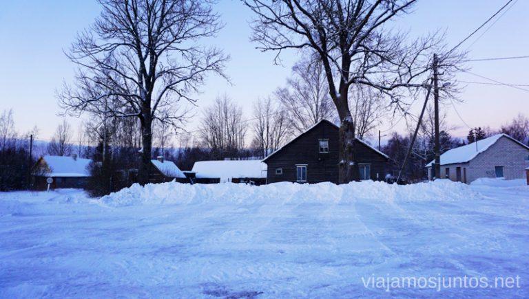 Casitas de madera en los alrededores del lago Peipsi, Estonia. Viajar a Países Bálticos en invierno.
