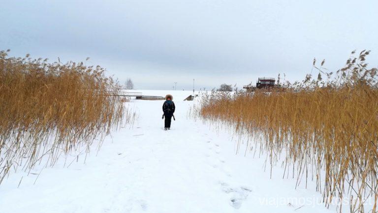 Paseando por el lago congelado en la región de los lagos de Letonia - Latgale. Viajar a Países Bálticos en invierno.