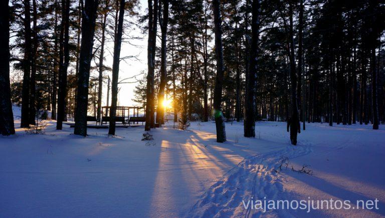 Caminar sobre la nieve al atardecer es magia pura. Viajar a Países Bálticos en invierno.