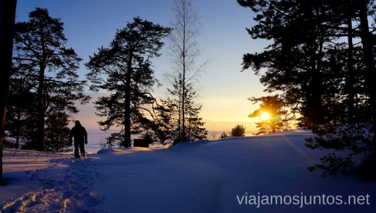 Se pone el sol sobre el lago congelado de Peipus. Viajar a Países Bálticos en invierno.