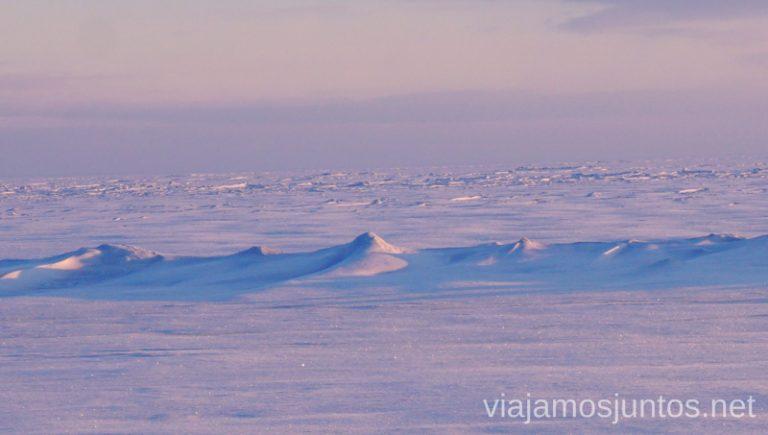 Olas congeladas y pescadores a lo lejos. Lago Peipus en invierno.