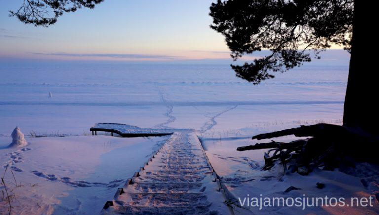 A un minuto del atardecer en el lago Peipus. Viajar a Países Bálticos en invierno.