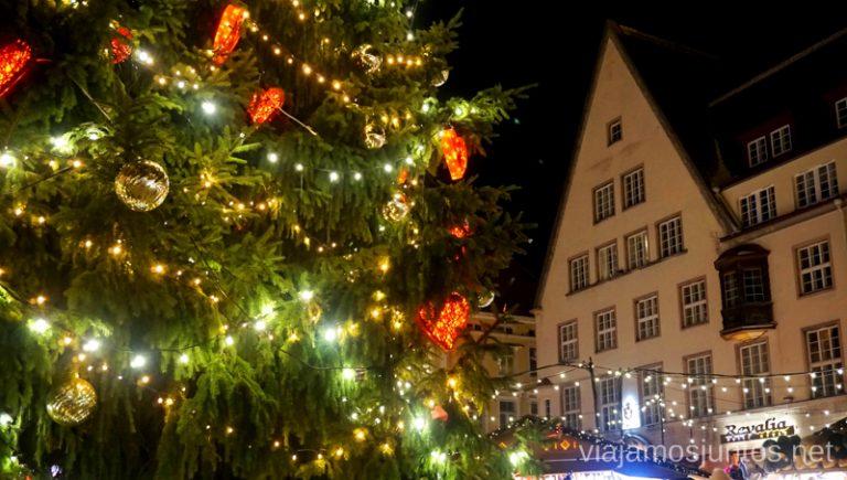 Qué ver en Tallin en Navidad: el mercadillo de la plaza del Ayuntamiento. Viajar a Países Bálticos en invierno.