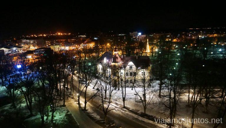 Vistas nocturnas de Tallin. Viajar a Países Bálticos en invierno.