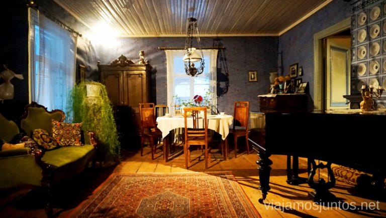 Interiores de casas en el Museo al aire libre de Estonia. Viajar a Países Bálticos en invierno.