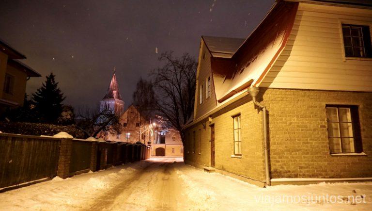 Casas de madera de Tartu. Viajar a Países Bálticos en invierno.