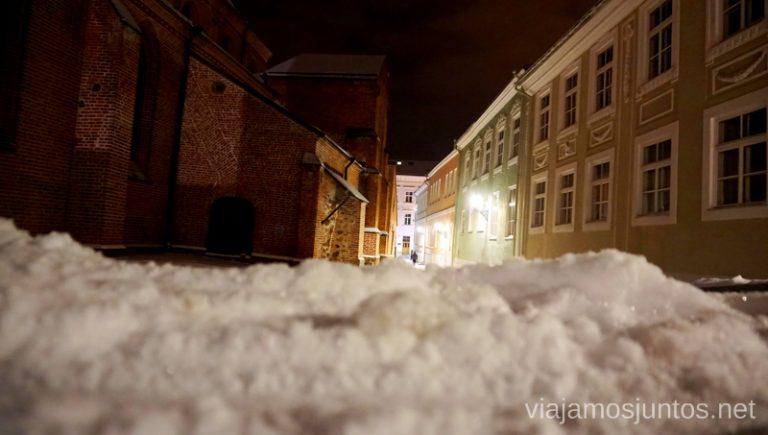 Nieve en las calles. Viajar a Países Bálticos en invierno.