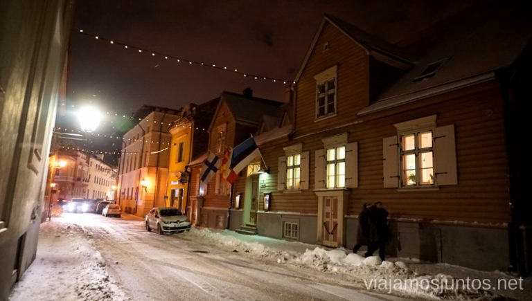 Casas de madera en las calles del Casco Antiguo de Tartu. Viajar a Países Bálticos en invierno.