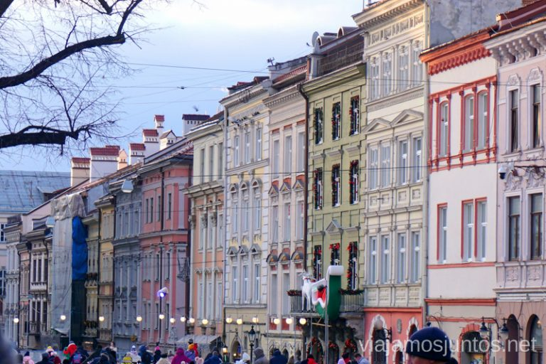 Encantador Lateral Norte de la Plaza del Mercado de Lviv. Leópolis Ucrania