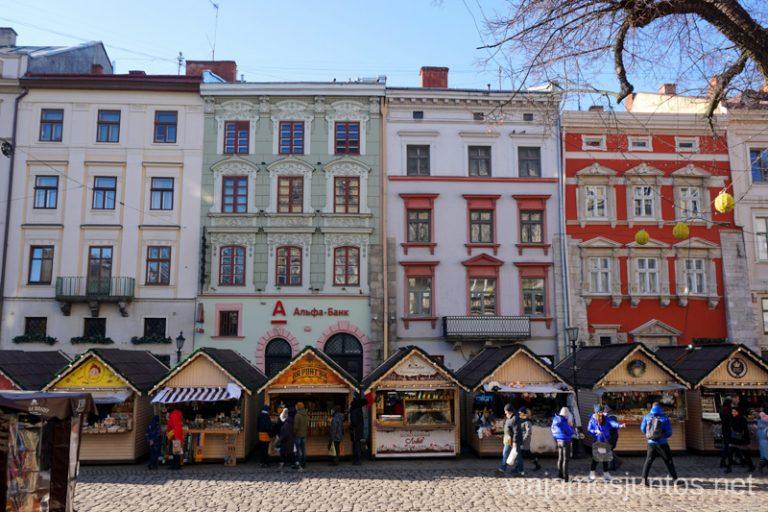Lateral Este de la Plaza del Mercado de Lviv. Qué ver en Leópolis Ucrania