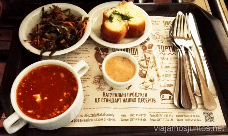 Borshch, acompañado de panecillos con perejil y paté de tocino. Segundo plato: algas. Qué comer en Ucrania. Recetas de platos tradicionales ucranianos.