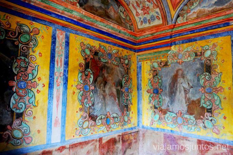 Camarín decorado ricamente de la ermita Virgen de las Fuentes.