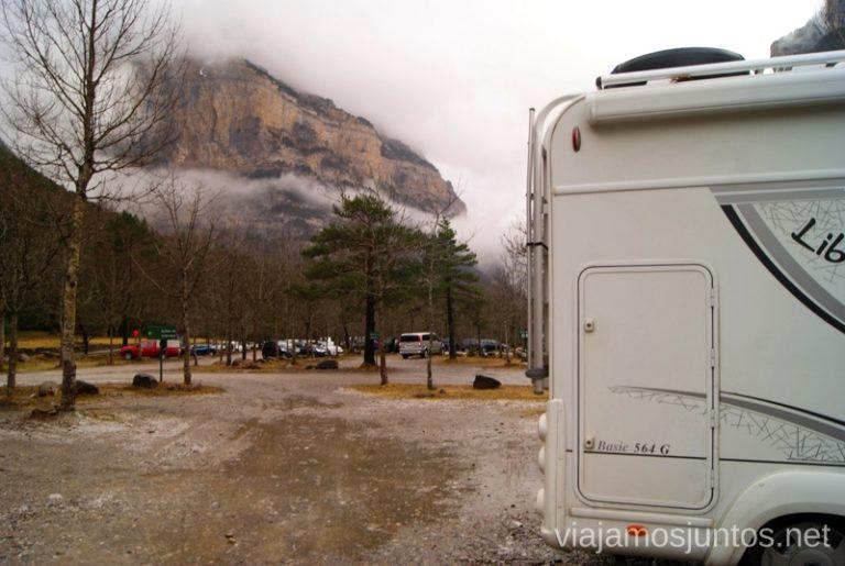 Aparcando la autocaravana en el Pirineo.