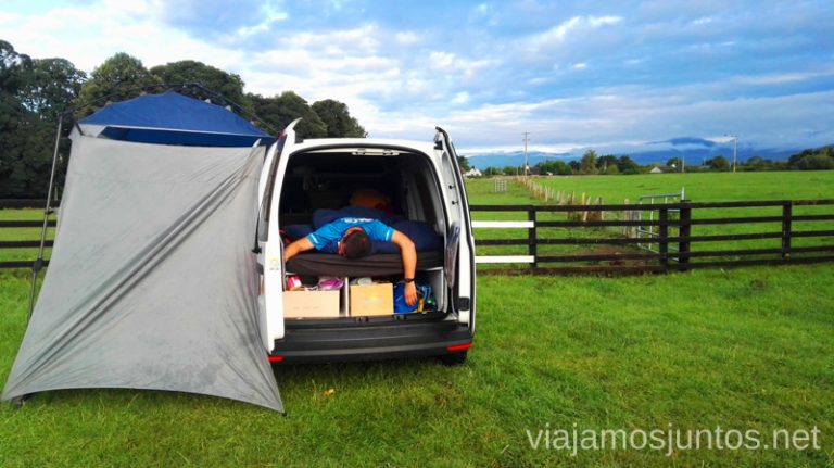 Interior de la campervan con la tienda auxiliar puesta. Irlanda. Camping.