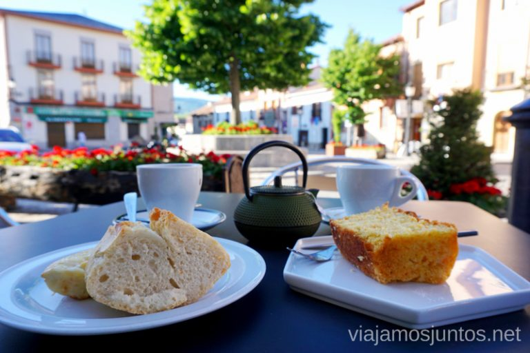 Desayuno en la plaza de España. Qué ver y qué hacer en Rascafría, Comunidad de Madrid