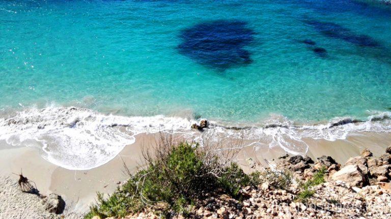 Camino entre la Cala Salada y Saladeta (por arriba). Qué ver y hacer en Ibiza, Islas Baleares.