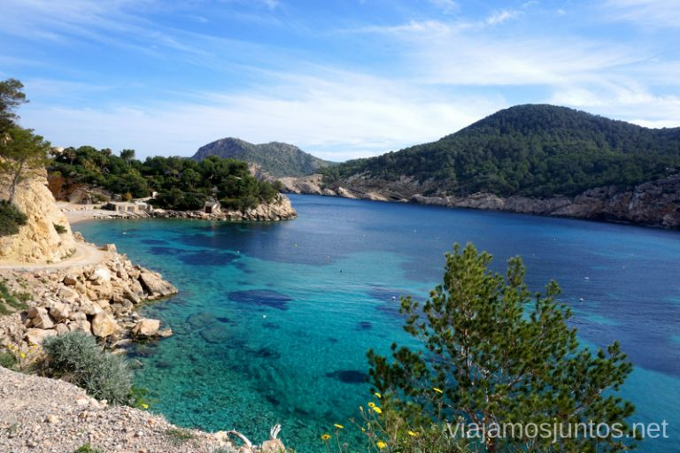 Cala de Sa Ferradura al fondo. Qué ver y hacer en Ibiza, Islas Baleares.