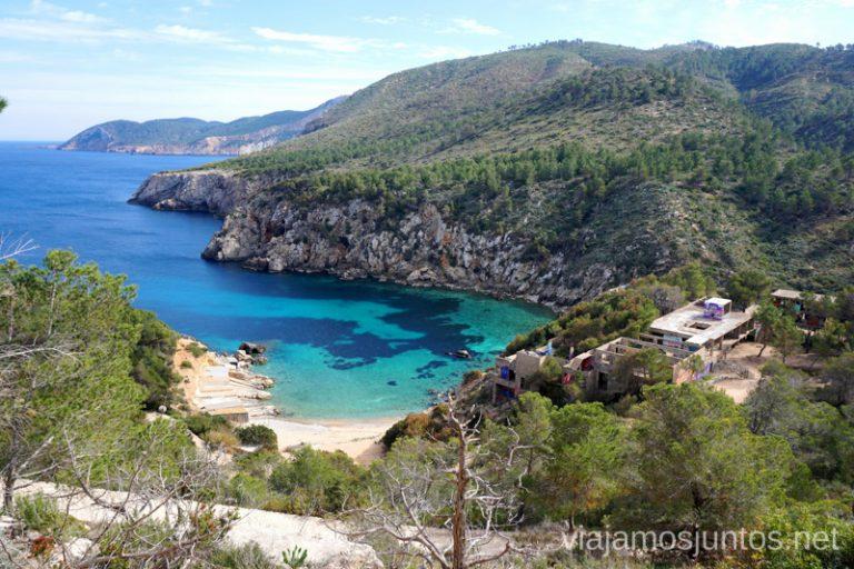 Cala d'en Serra desde el parking. Qué ver y hacer en Ibiza, Islas Baleares.
