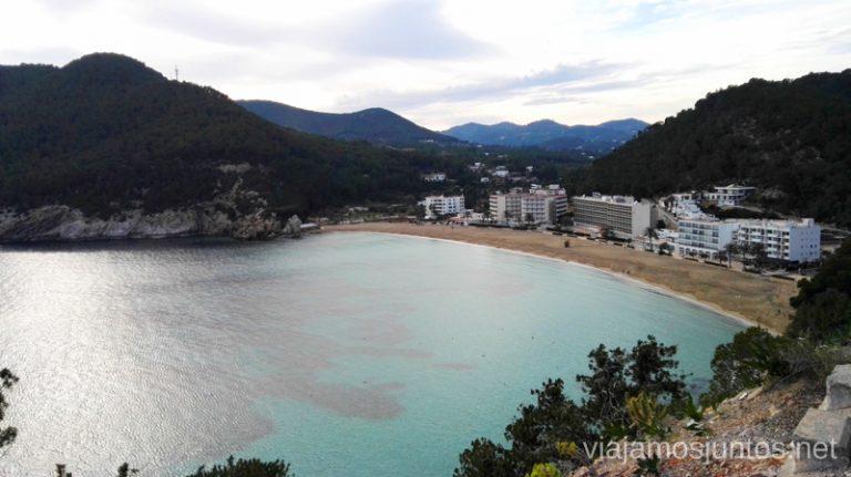 Vistas a la playa San Vicente desde Punta Grossa. Qué ver y hacer en Ibiza, Islas Baleares.
