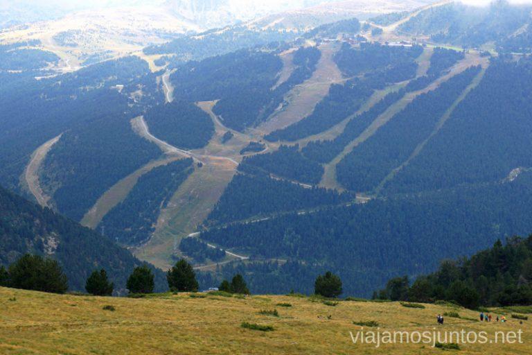 Vistas a las pistas de Grandvalira. Ruta del Estany de Querol, Andorra.