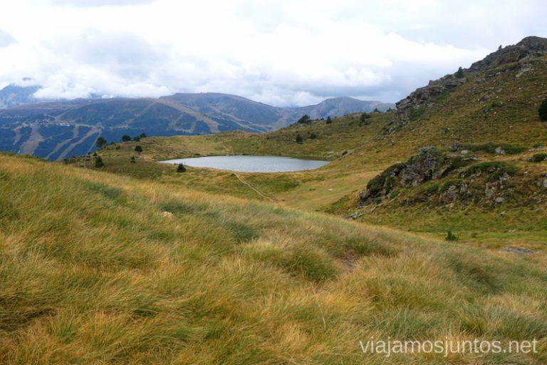Estany de Querol desde Basses de les Salamandres. Ruta del Estany de Querol, Andorra.