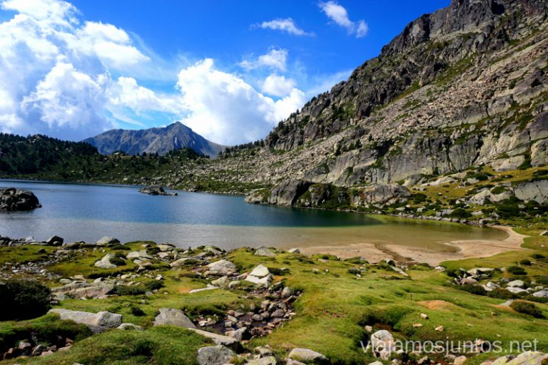 Estany Montmalús y su playa, Andorra.