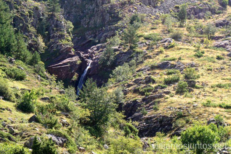 Cascada de camino de vuelta en el Valle de Guarrinza. Rutas de senderismo en el Valle de Guarrinza, Valle de Hecho, Huesca, Jacetania, Aragón.