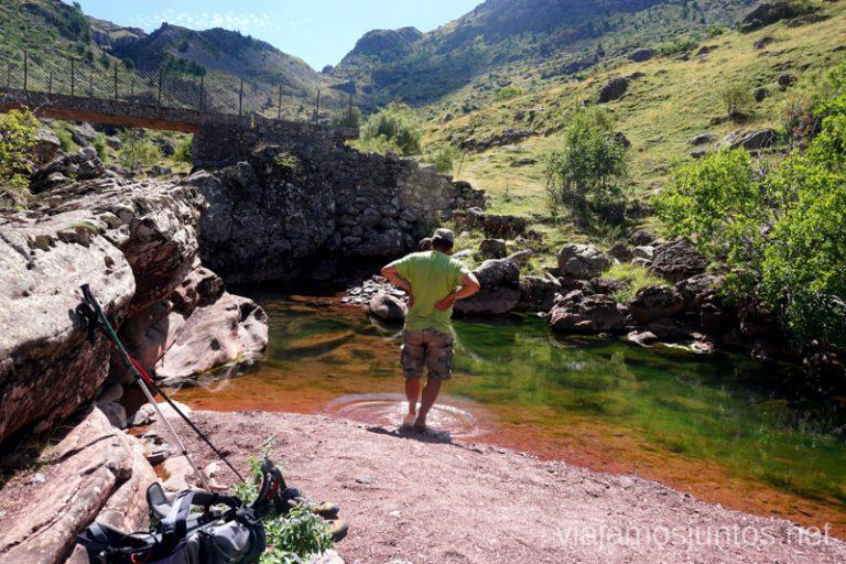 Aguas de colores en el Valle de Guarrinza. Rutas de senderismo en el Valle de Guarrinza, Valle de Hecho, Huesca, Jacetania, Aragón.