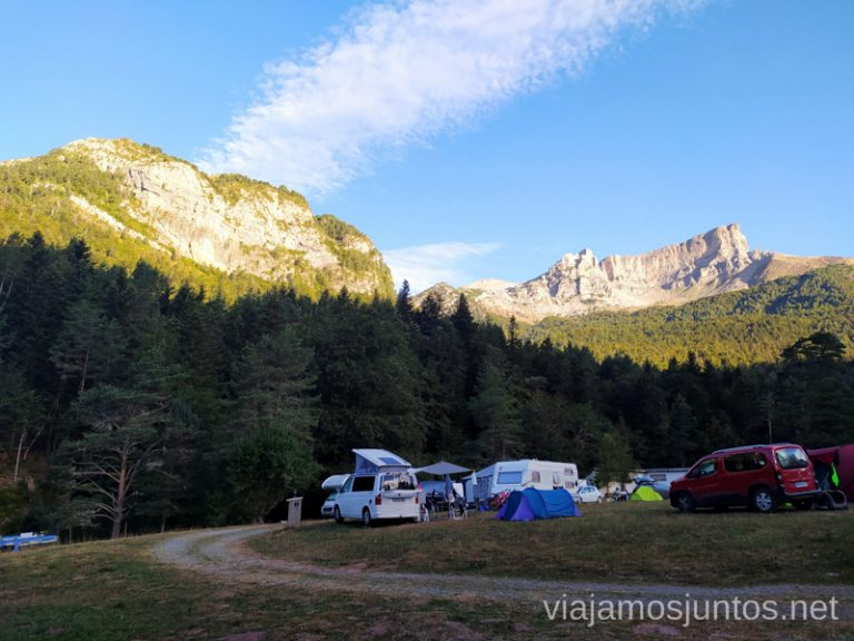 Camping Selva de Oza al amanecer. Rutas de senderismo en el Valle de Guarrinza, Valle de Hecho, Huesca, Jacetania, Aragón.
