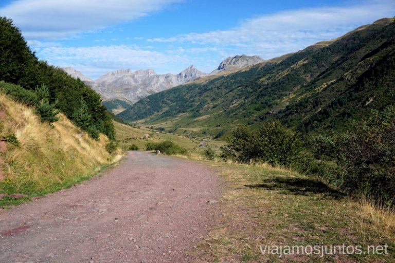 Pista por la que trascurre la ruta al Valle de Aguas Tuertas.