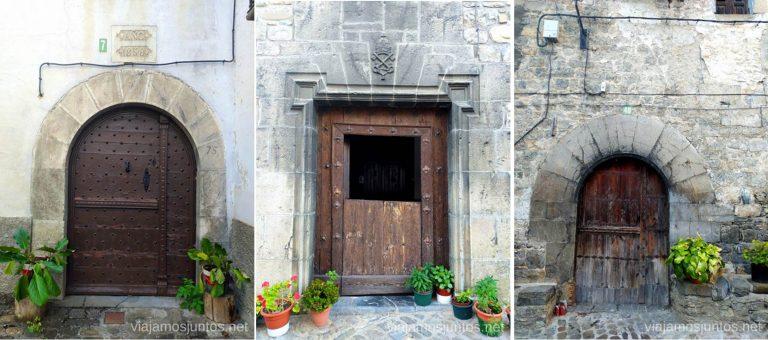 Puertas antiguas en las calles de Ansó. Qué ver y hacer en el Valle de Hecho, Aragón.