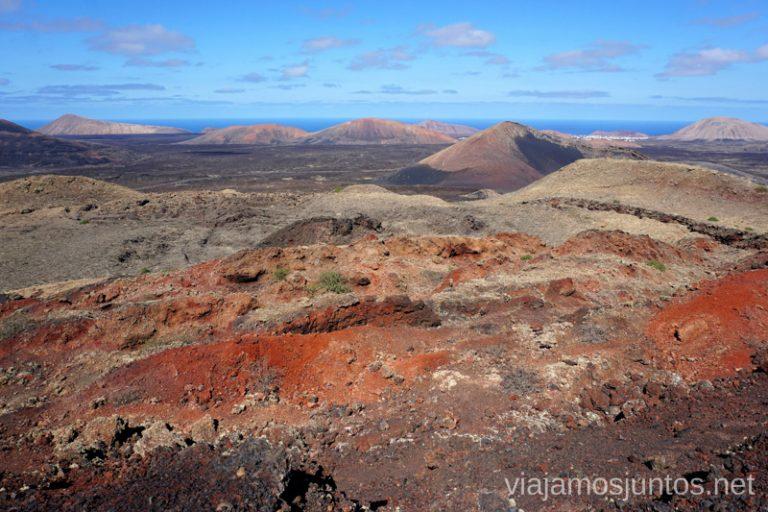 Vistas al cráter y más allá de la Montaña Colorada.