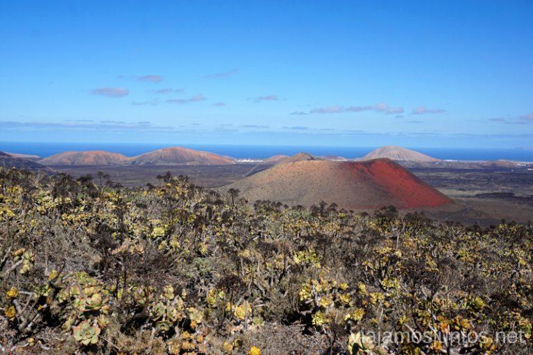Montaña Colorada desde la ladera de la Montaña Negra. Rutas de senderismo entre los volcanes de Lanzarote.