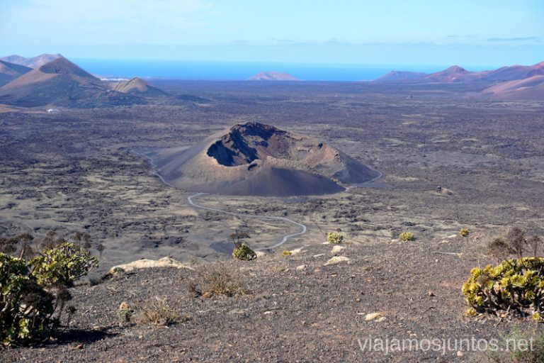 Volcán el Curvo y su cráter irregular visto desde la Montaña Negra. Rutas de senderismo entre los volcanes de Lanzarote.