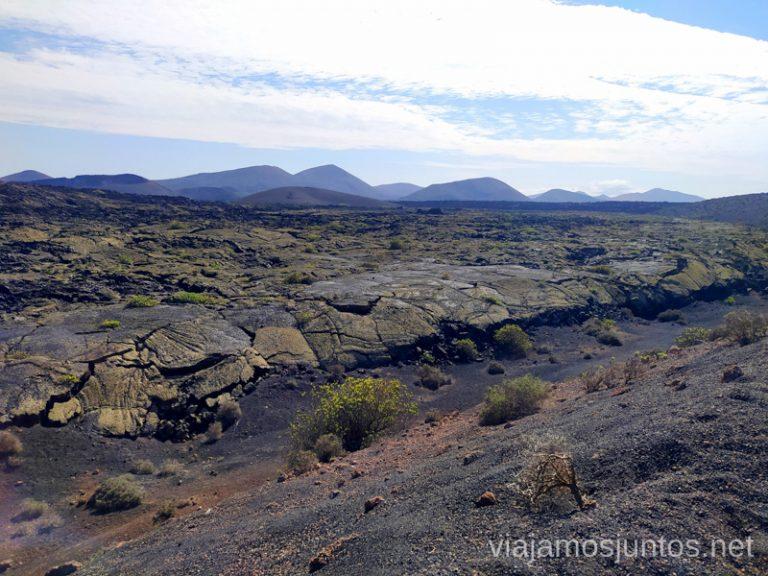 El cauce - seco - del río de la lava en los pies del volcán de Santa Caralina.