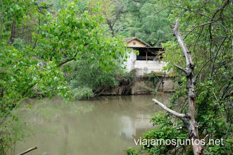 Una construcción al otro lado del río en la ruta por las lagunas de Velilla de San Antonio.