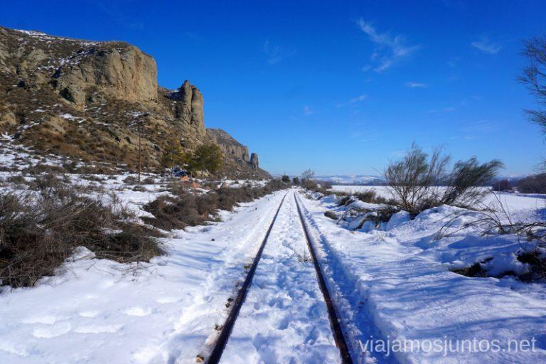 Villas del tren nevadas. Laguna del Campillo. Rutas de senderismo fáciles en Rivas-Vaciamadrid y sus alrededores.
