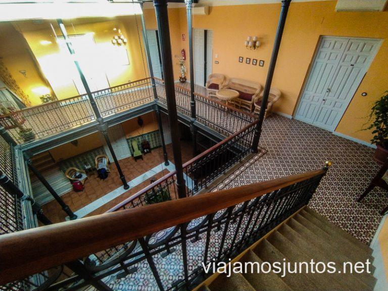 Preciosas escaleras entre pisos en la Casa Rural Doña Elisa, Ruta del vino de Valdepeñas, Castilla-La Mancha.