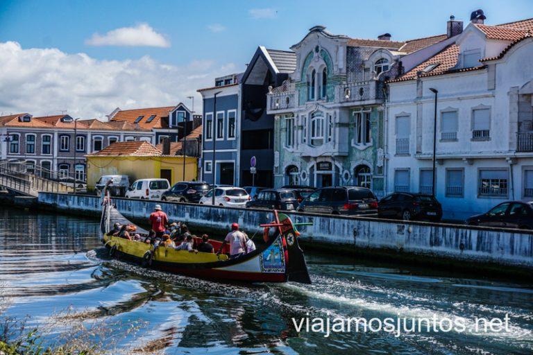 Embarcaciones tradicionales - moliceiros - con casas típicas de Aveiro de fondo. Norte de Portugal.