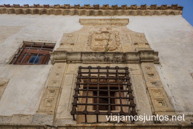 Callejeando por Iniesta, presta atención a los escudos.