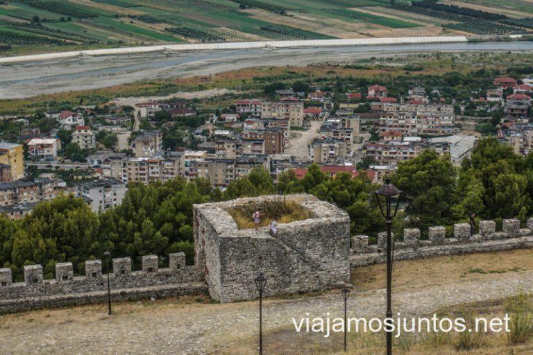 Vistas a la muralla y la ciudad de Berat. Ruta por Albania por libre en transporte público (15 días).