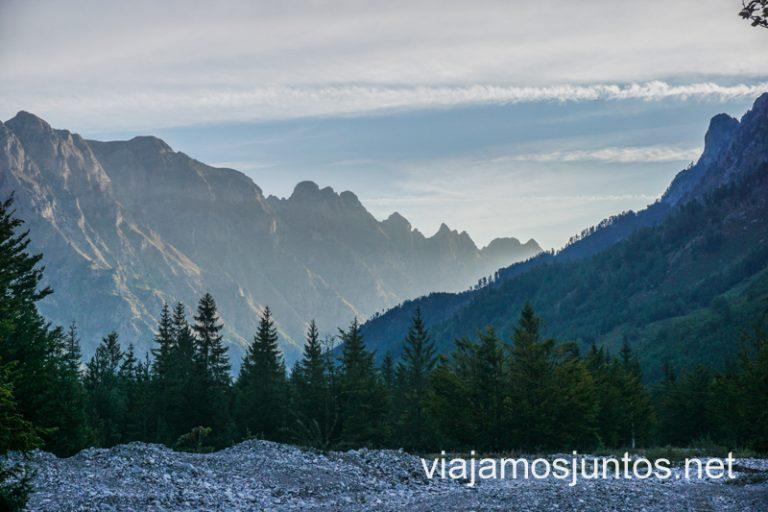 Comienzo de la ruta de senderismo Valbona - Theth en el valle de Valbona.