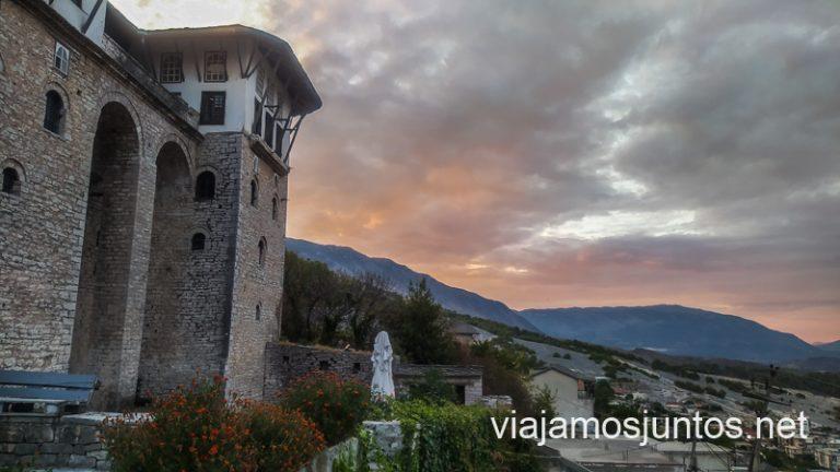 Atardecer en Gjirokastër. Ruta por Albania por libre en transporte público (15 días).