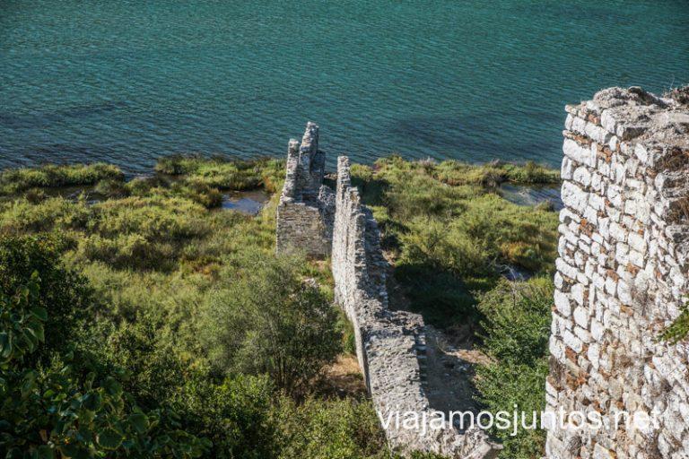 Restos de la muralla de Butrini que llega hasta el agua.