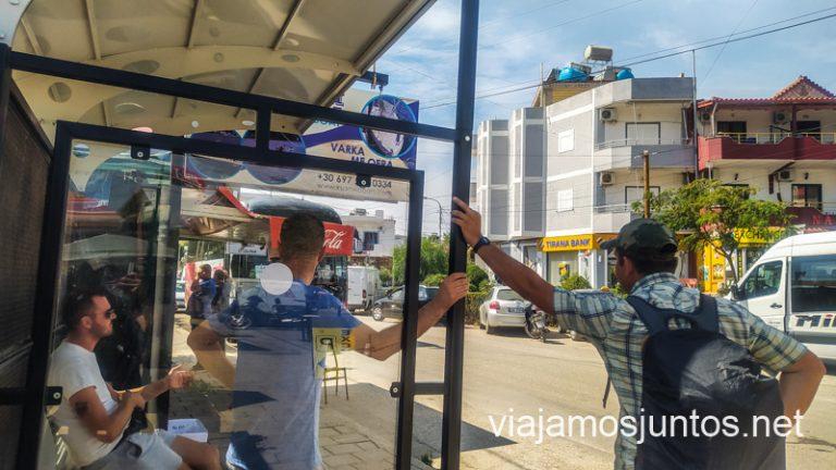 Ahorrando en Albania: nos movemos en transporte público.